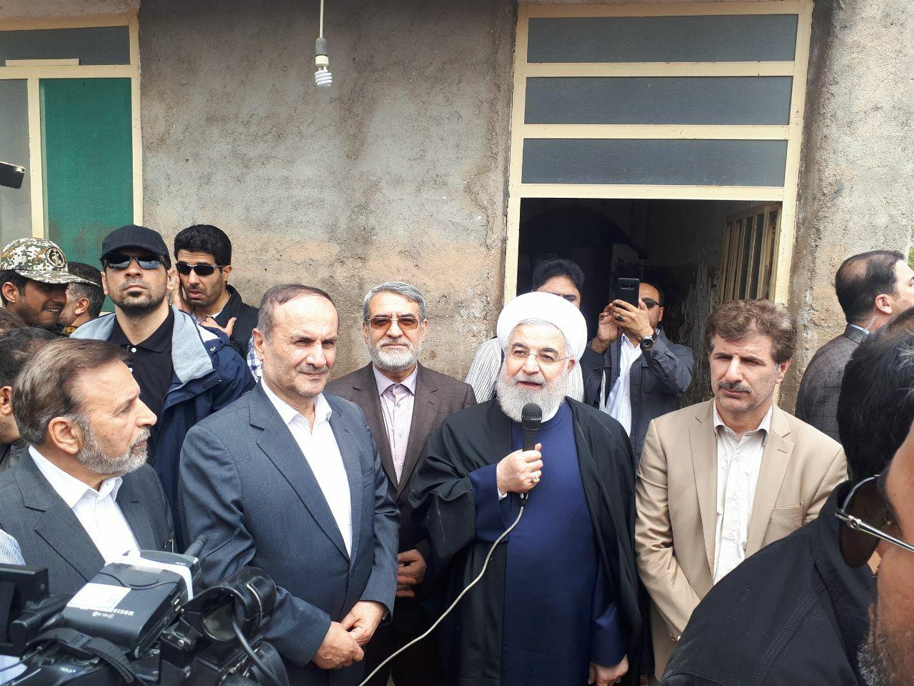 حضور حسن روحانی در بین مردم سیل زده ماژین :