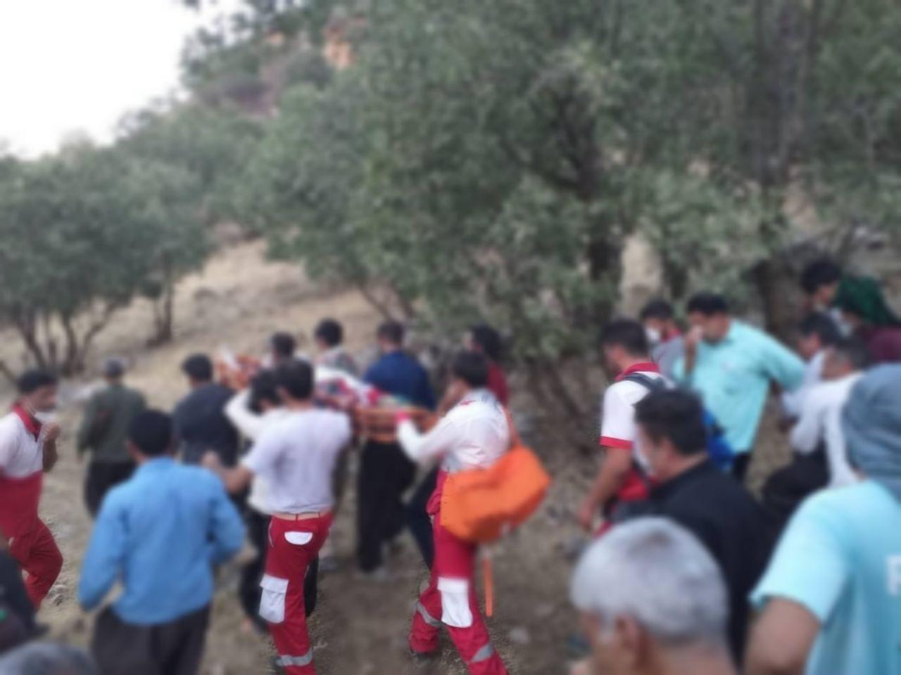 انتقال جسد مرد ۴۵ ساله از ارتفاعات روستای حسن گاوداری توسط نجاتگران هلال احمر
